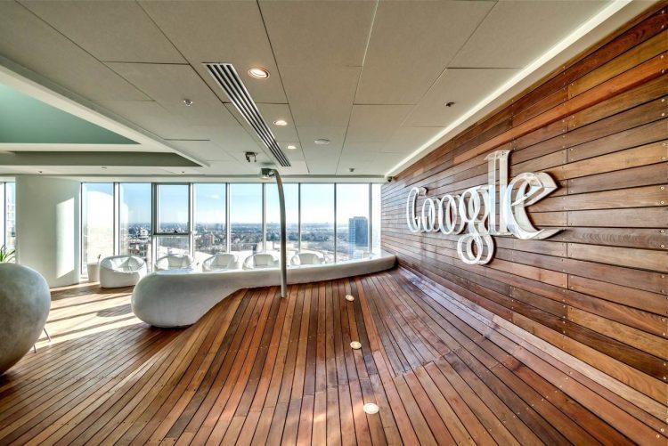 google-lujo-oficina-blanco-marron-madera.min