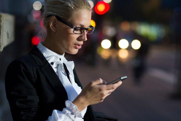 mujer-noche-telefono-usar.min