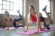 mujer que hace ejercicios